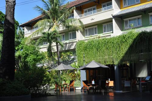 プールから見たホテル